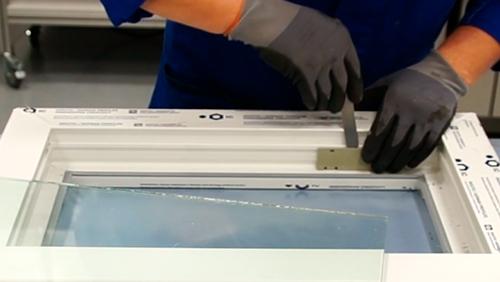 Anwendungsvideo Kunststofffenster kleben auf Pos. 1